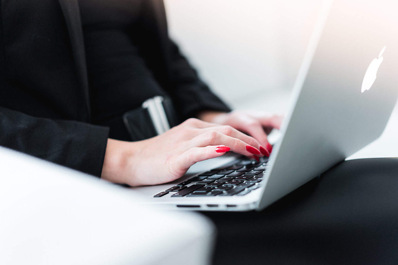 business-woman-typing-on-macbook_free_stock_photos_picjumbo_DSC07497-1570x1047
